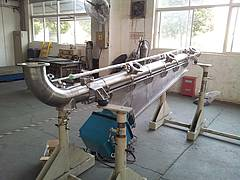 Tubular feeder / conveyor with magnetic vibrator